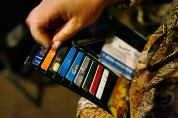 Достойна ли кредитная, как многие выражаются, платежная карта как раз занимать место в кошельках россиян?