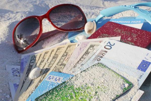 С чем поедем в отпуск – банковская карта или наличные деньги?