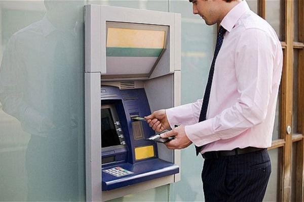 Почему не стоит снимать наличные с кредитной карты?