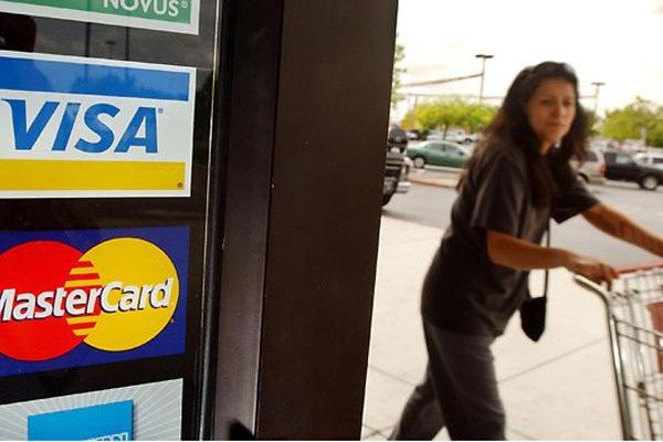 Кредитные карты за границей теперь будут обходиться дороже