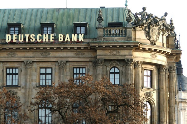 Deutsche Bank сокращает риски… увольняя персонал