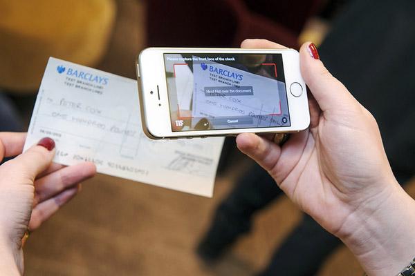 Как обналичить банковский чек без визита в банк