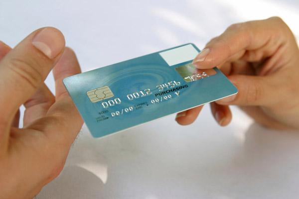 Кредитная карта без справок – почему так щедры банки?