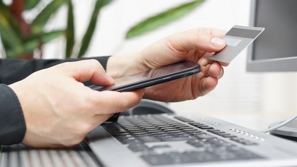 Стоит ли прикреплять мобильный телефон к банковской карте?