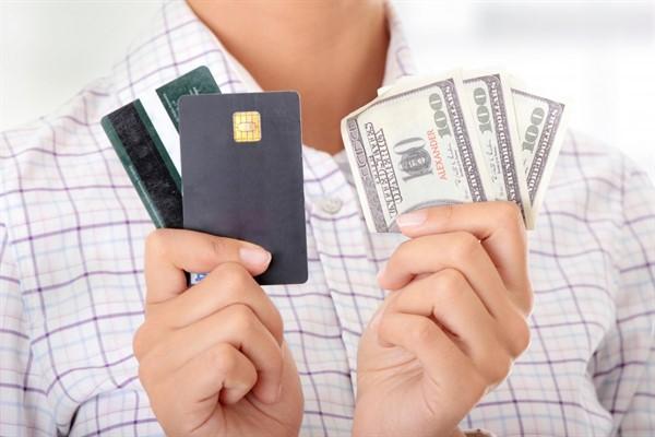Что лучше выбрать банковскую кредитку или наличный кредит?