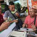 Гиперинфляция вынудила венесуэльских продавцов принимать купюры на вес